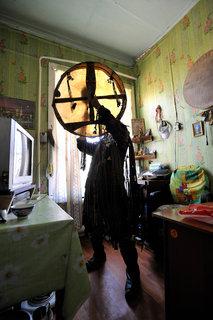 Le Chaman Yury Nikolaevich Orchak dans son bureau en plein rituel.